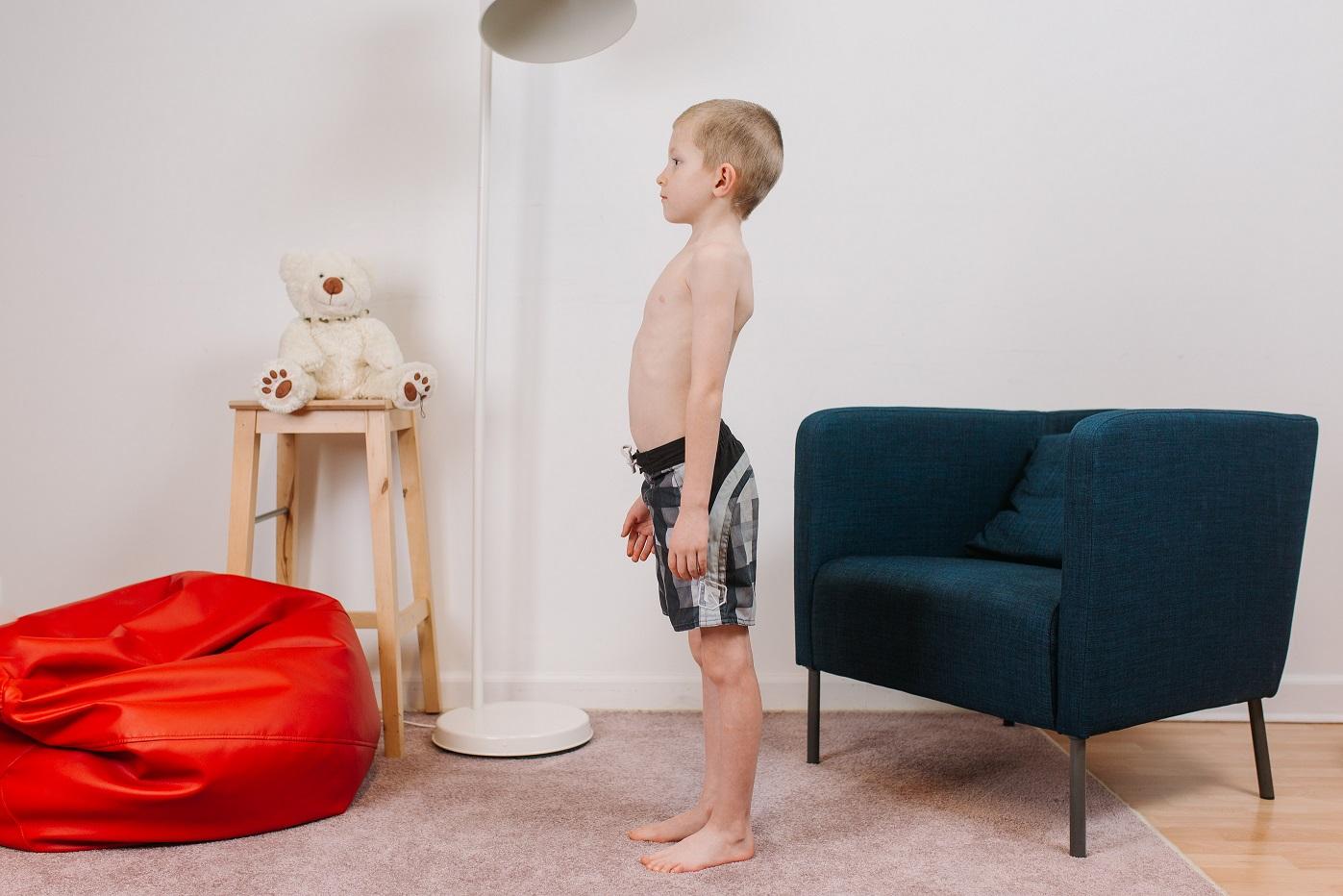 bērna stājas pārbaude