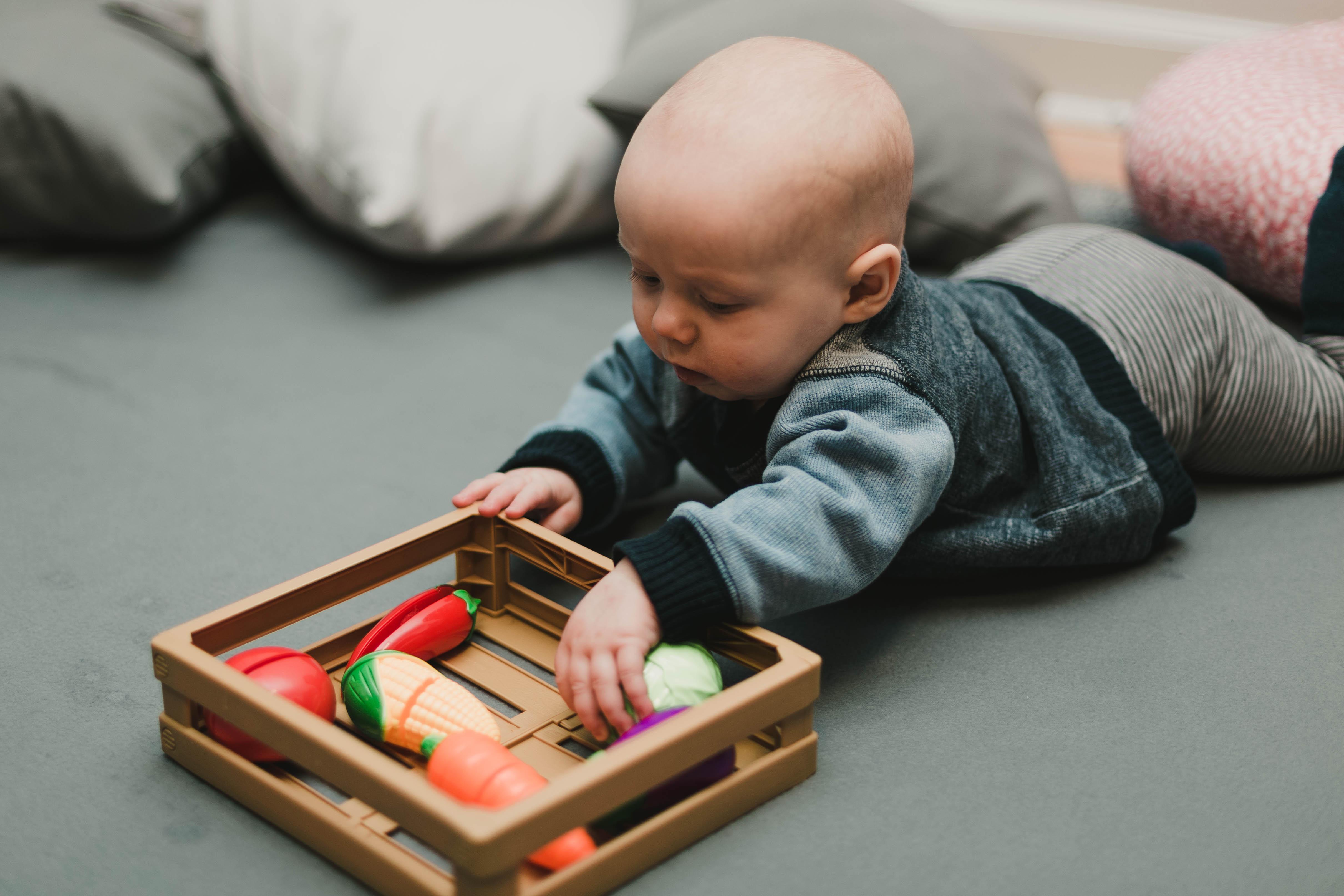 rotaļas ar zīdaini